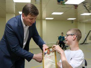 Депутат Смоленской областной Думы подарил спортсмену электроколяску