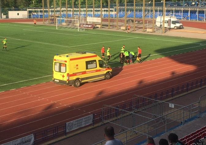 Смоленскому футболисту стало плохо во время матча. Спортсмен госпитализирован – соцсети