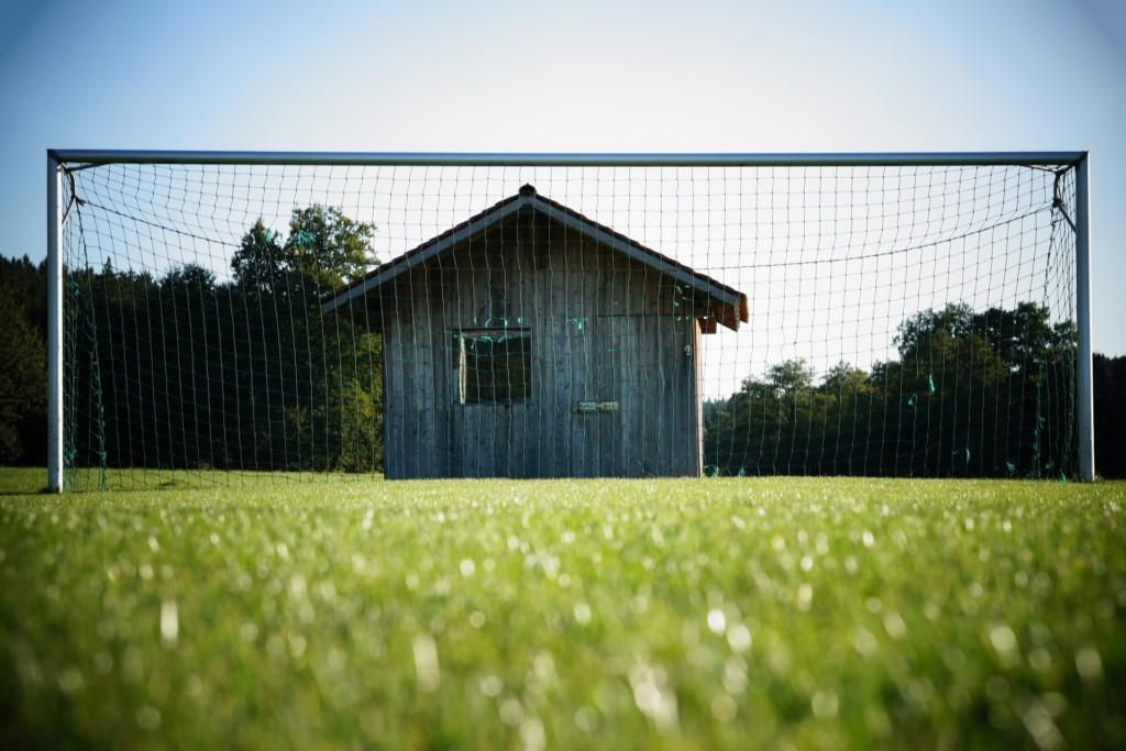В Смоленске демонтируют нелегальные футбольные ворота