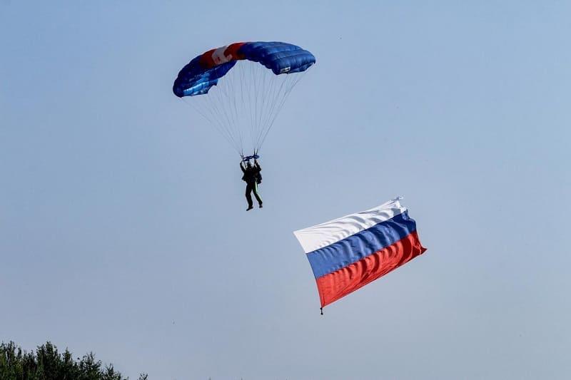 Смоленские парашютисты устроили акцию в поддержку российских олимпийцев
