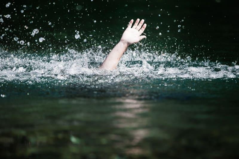 Смоленские легкоатлеты спасли тонущую девушку