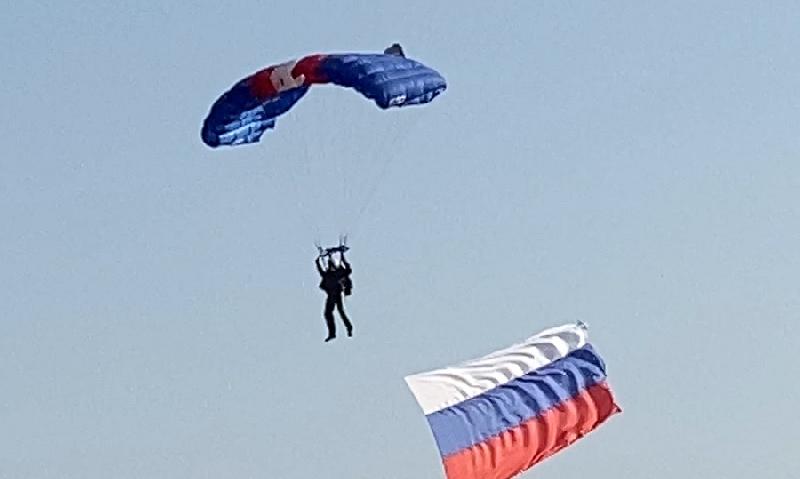 В Смоленске начинающие парашютисты совершили свои первые прыжки